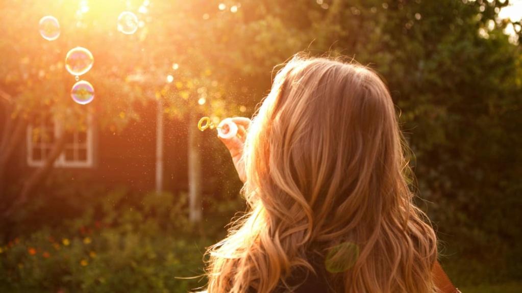 لماذا تجعل الشمس الشعر أفتح؟